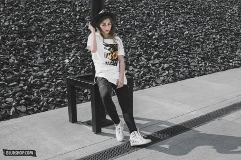 Lookbook Blackout III part one By Bludshop - Koszulka Urban Flavours oraz kapelusz Stussy, spodnie Jungmob, Buty Nike Joli.