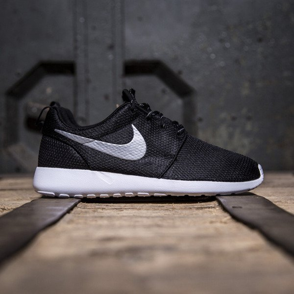Sneakers buty Nike WMNS Roshe Run One black / metallic platinum - white (511882-094)